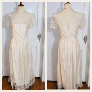 Vintage Chantilly Lace Cream Wedding Dress.